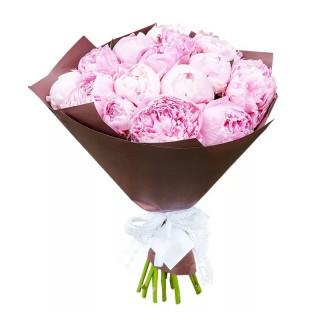 """Букет из 15 нежно-розовых пионов """"Сара Бернар"""" в коричневой бумаге"""