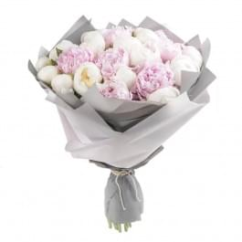 Букет из 25 бело-розовых пионов в серой бумаге