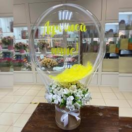 Коробка белых альстромерий с шаром Deco Bubble