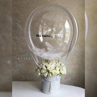 Коробка из белых кустовых роз с шаром Deco Bubble