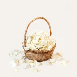 Белые лепестки роз в корзинке (7 литров)