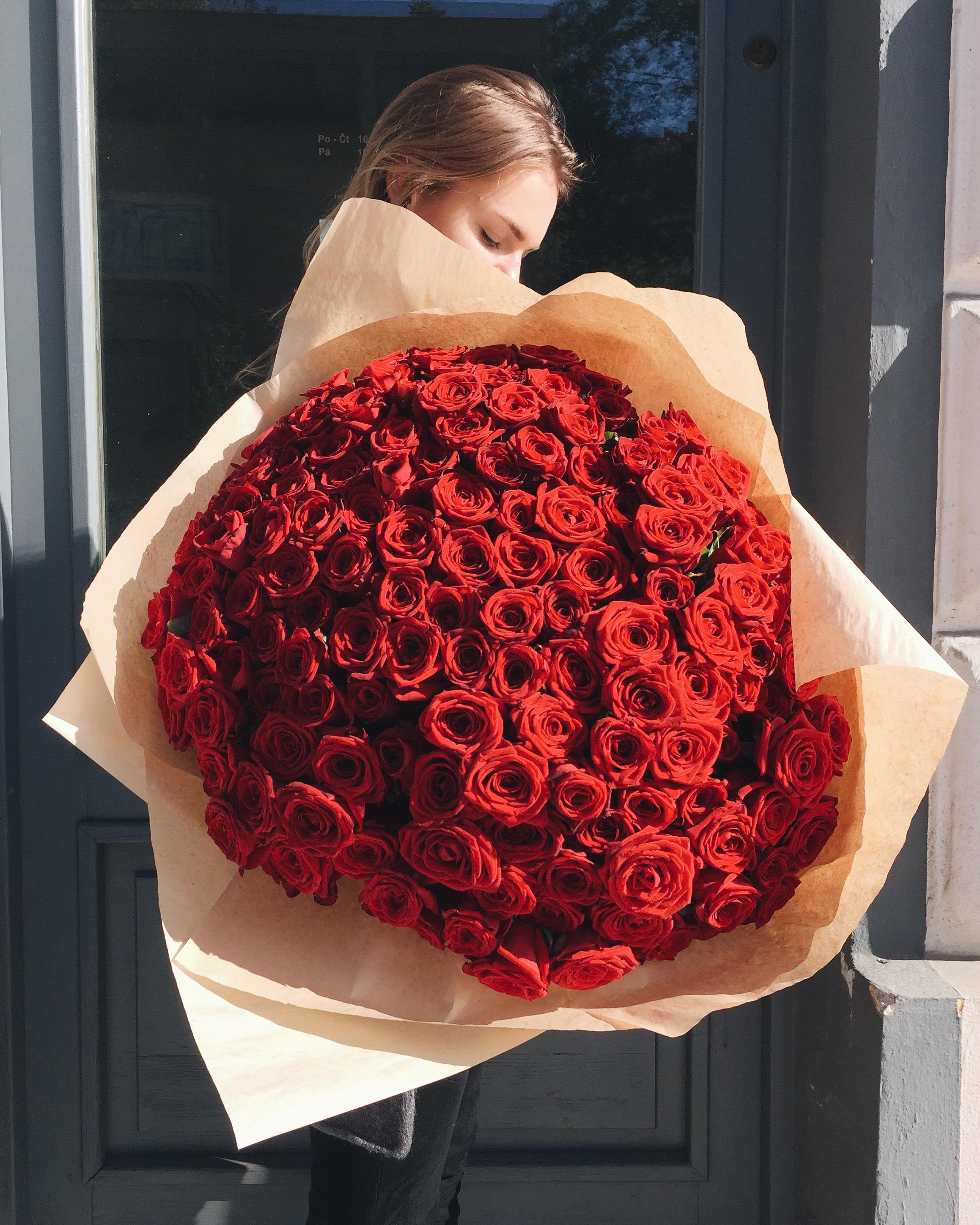 Букет цветов фото розы красные в руке
